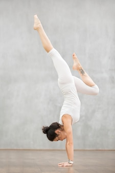 Mooie yoga: pose van adho mukha vrksasana
