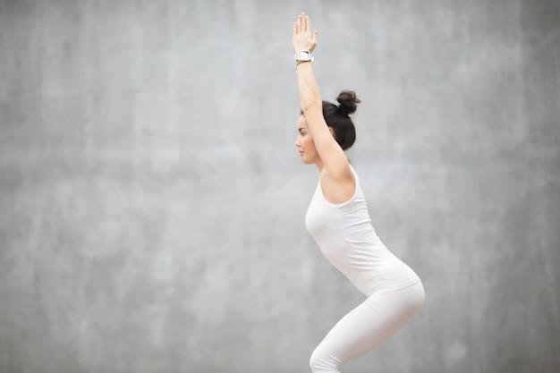 Mooie yoga: pose van utkatasana