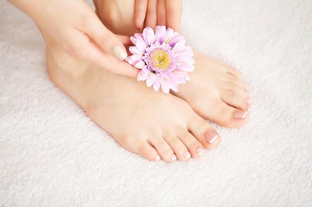 Mooie zachte huid. close-up van lange vrouwenbenen met perfecte haarloze gladde en zijdeachtige huid. haarverwijdering, beauty body care-concepten