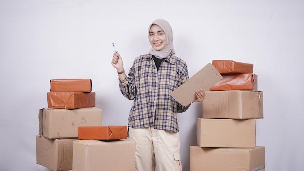 Mooie zakenvrouw die pakketten controleert voordat ze op een witte achtergrond worden verzonden