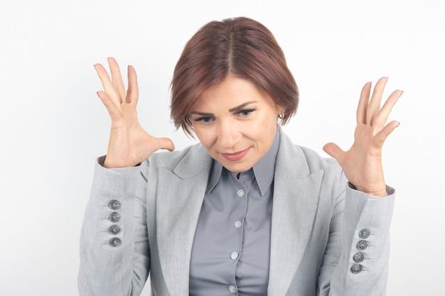 Mooie zakenvrouw drukt haar emoties en gedachten uit
