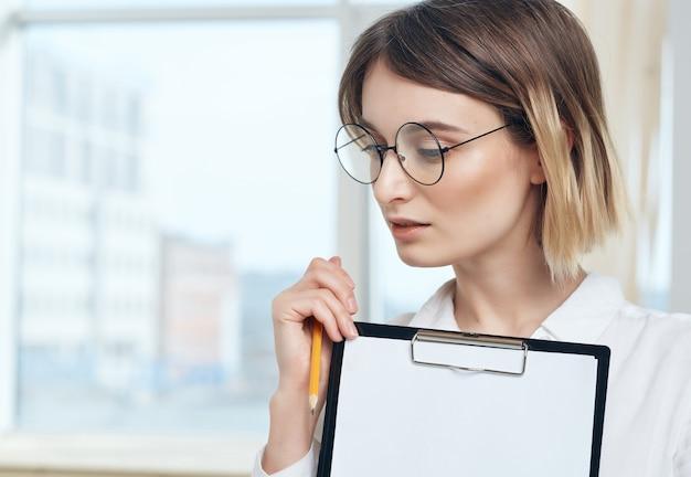 Mooie zakenvrouw in wit overhemd kantoordocumenten professioneel