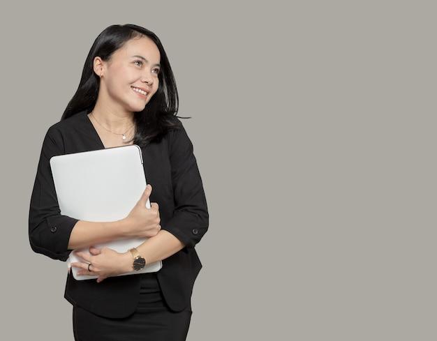 Mooie zakenvrouw laptop knuffelen en kijken naar lege ruimte