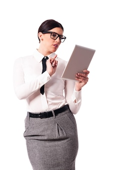 Mooie zakenvrouw met behulp van digitale tablet