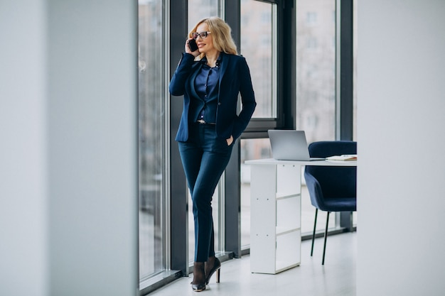 Mooie zakenvrouw op kantoor
