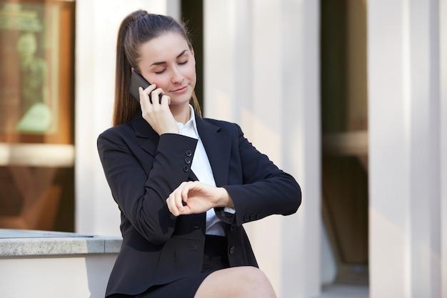 Mooie zakenvrouw praten aan de telefoon