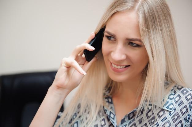 Mooie zakenvrouw praten op mobiele telefoon.