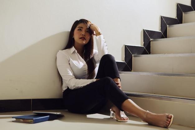 Mooie zakenvrouw verdrietig na het ontvangen van slecht nieuws over haar investering.