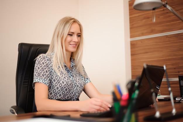 Mooie zakenvrouw werken met verkoop in haar kantoor
