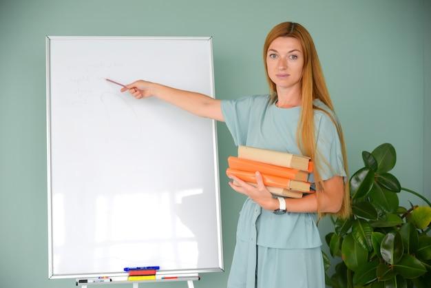 Mooie zakenvrouw werkt op kantoor op een laptop freelancer op het werk