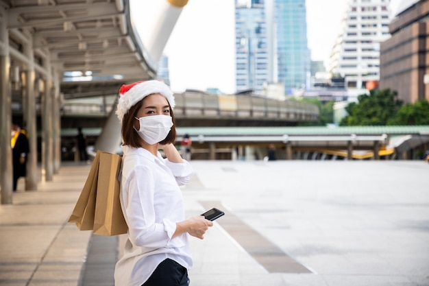 Mooie zakenvrouw winkelen met betalen per smartphone in een winkelcentrum in het hart van het stadsbeeld
