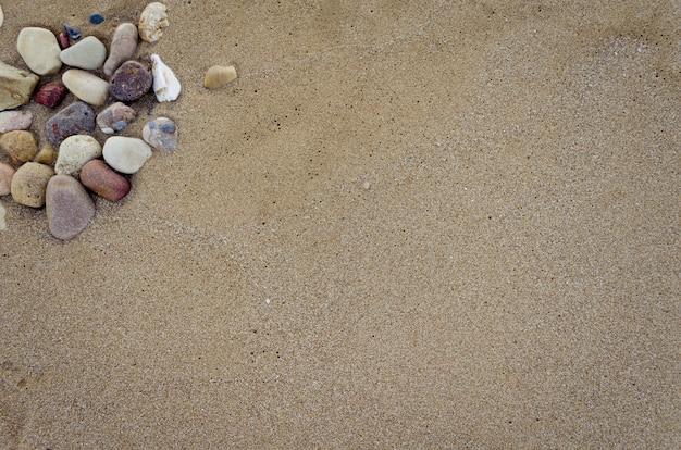 Mooie zandachtergrond met stenen