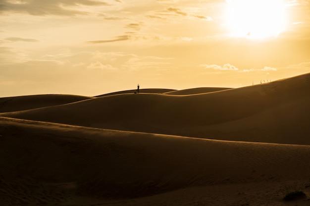 Mooie zandduinen in de rode woestijn van het zandduin, muine vietnam, bij zonsopgang