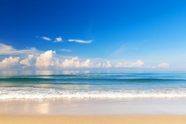 Mooie zee. karonstrand, phuket, thailand. azië