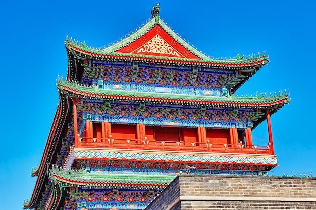 Mooie zhengyangmen-poort (qianmen-poort). deze beroemde poort bevindt zich in het zuiden van het tiananmen-plein in peking, china