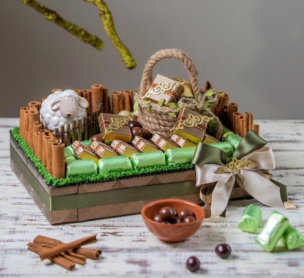 Mooie zoete en chocolade mand op tafel