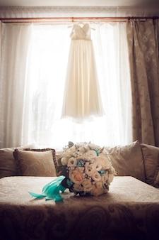 Mooie zomer bruiloft boeket en trouwjurk. fijne heldere bloemen voor meisjes