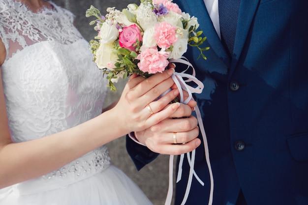 Mooie zomer bruiloft boeket. fijne heldere bloemen voor meisjes