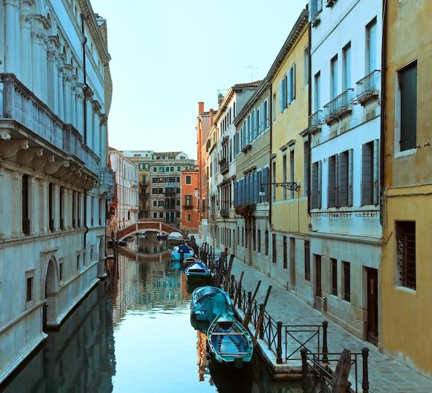 Mooie zomer venetiaanse gracht, venetië, italië