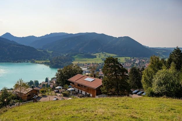 Mooie zomerfoto's van het meer in beieren schliersee