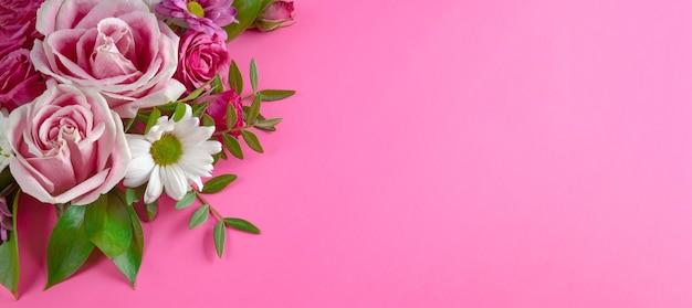 Mooie zomerse banner voor een website met een boeket heldere bloemen op een moderne roze achtergrond