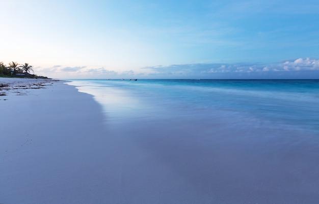 Mooie zomerse landschappen op het tropische strand