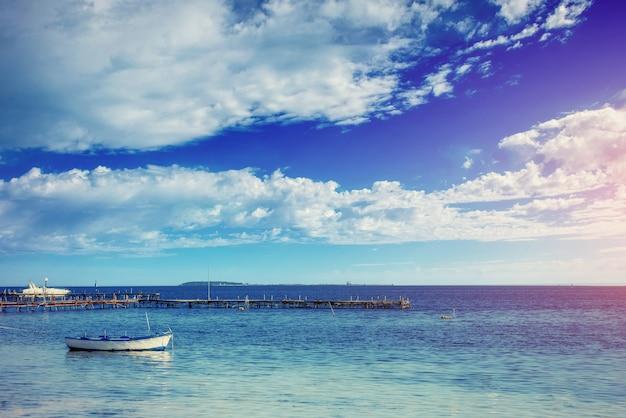 Mooie zomerse scène van kalme zeeën en boot
