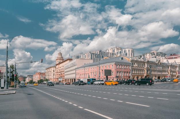 Mooie zomerse weergave van moskou met verkeer op de avenue