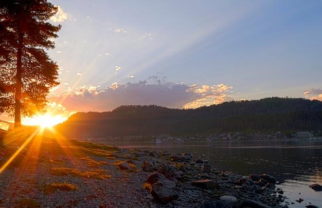 Mooie zomerse zonsondergang op het meer