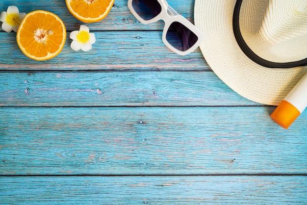 Mooie zomervakantie, strandaccessoires, oranje, zonnebril, hoed en sunblock