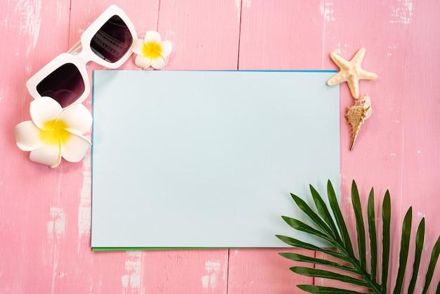 Mooie zomervakantie, strandaccessoires, schelpen, zonnebril en palm op papier laten