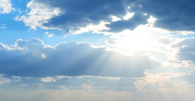 Mooie zonneschijn in de lucht