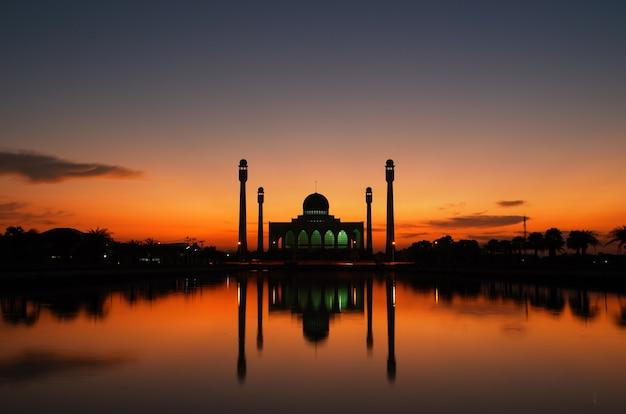 Mooie zonsondergang bij de moskee
