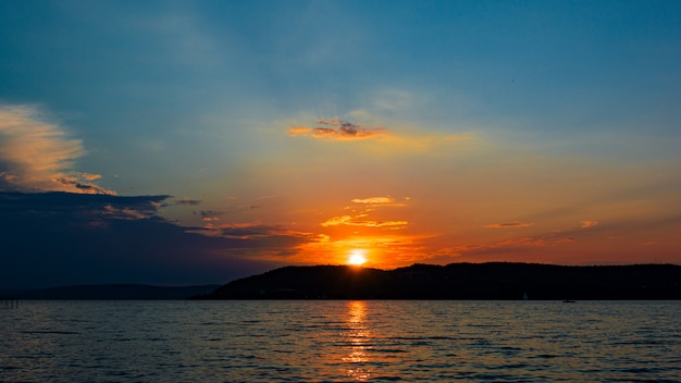 Mooie zonsondergang boven het balatonmeer