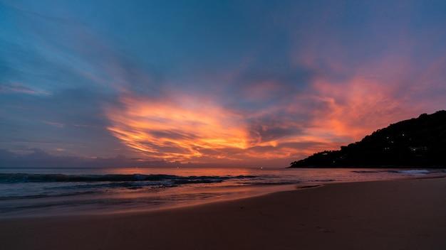 Mooie zonsondergang en schemeringhemel bij het strand