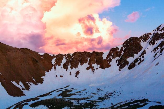 Mooie zonsondergang in de bergen. zonsondergang wolken op een bergtop