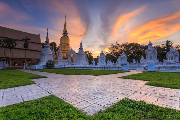 Mooie zonsondergang in wat suan dok. boeddhistische tempel (wat) in chiang mai, noordelijk van thailand