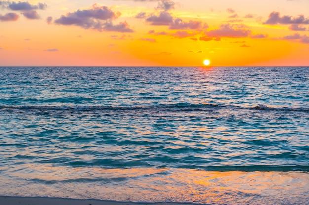 Mooie zonsondergang met hemel over kalme overzees in het tropische eiland van de maldiven.