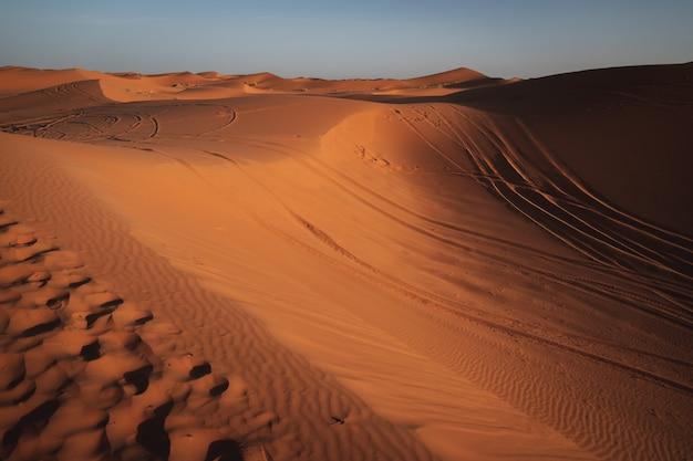 Mooie zonsondergang met veel duinen in de woestijn van de sahara