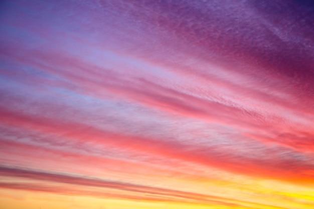 Mooie zonsondergang of zonsopganghemel met wolken
