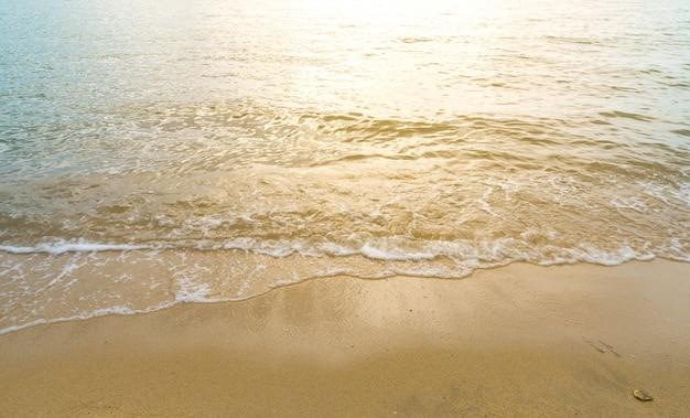Mooie zonsondergang op de zee in schemering tijden