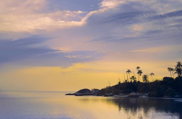 Mooie zonsondergang op een tropisch strand in thailand