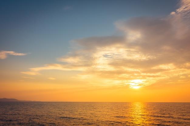 Mooie zonsondergang op het strand en de zee