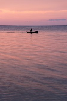 Mooie zonsondergang op het strand en silhouetboot, samui-eiland thailand