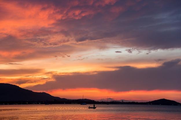 Mooie zonsondergang op het strand, samui-eiland, thailand