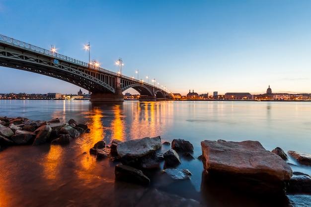 Mooie zonsondergang over rijn / rijn-rivier en oude brug in mainz dichtbij frankfurt-am-main, duitsland.
