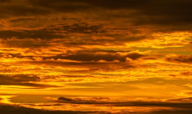 Mooie zonsonderganghemel. gouden avondrood