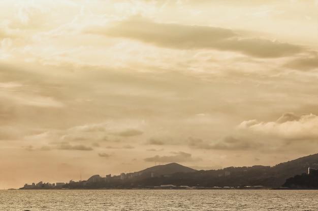 Mooie zonsonderganghemel op het strand