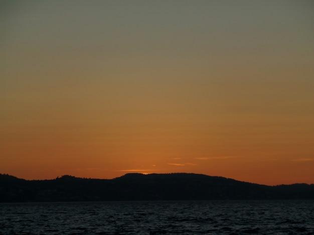 Mooie zonsonderganghemel over de noordzee vóór middernacht van bergen, noorwegen