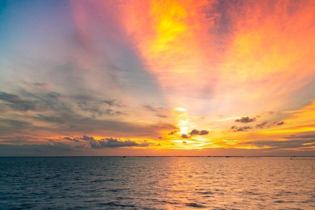 Mooie zonsonderganghemel. twilight zee en lucht. tropische zee in de schemering. gouden lucht in de avond.